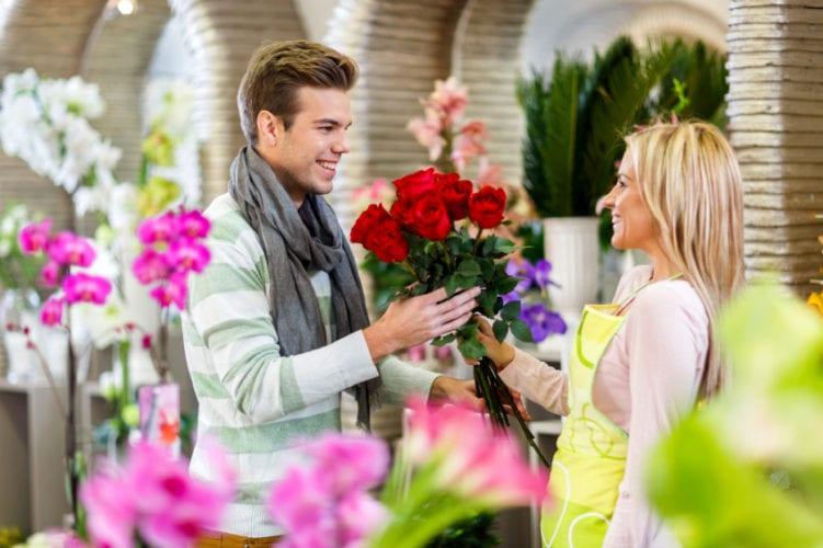 Rüyada Bir Erkekten Çiçek Almak Koklamak
